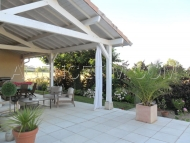 Terrasse couverte et piscine à proximité
